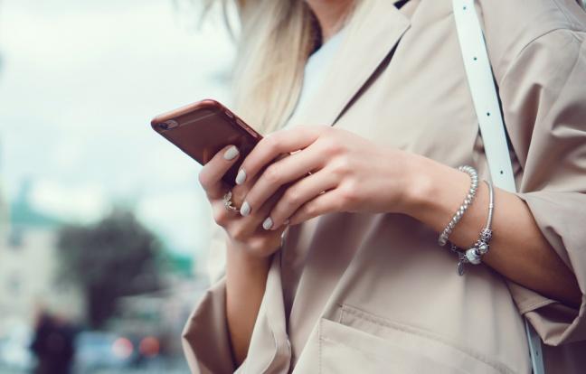 Dostupný telefón pre tých, ktorí hľadajú výkon v minimálnom tele zariadenia
